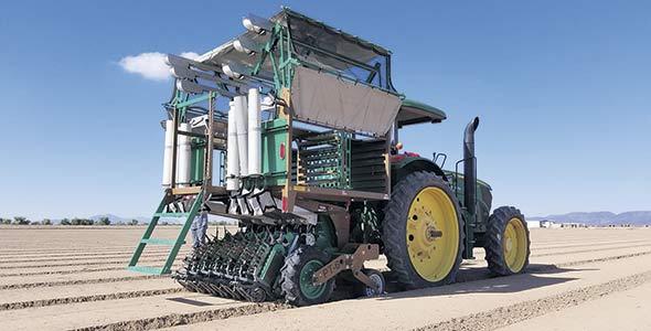 Avec un transplanteur automatique, trois personnes peuvent exécuter le travail, soit le conducteur du tracteur plus deux travailleurs.