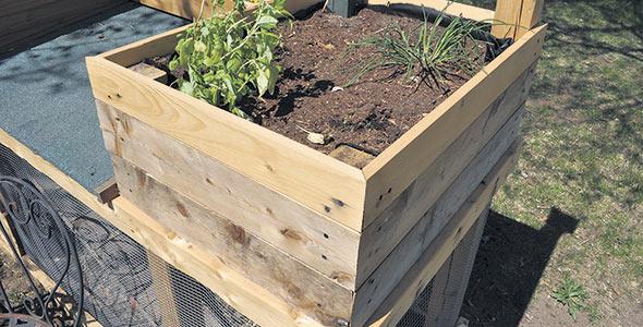 Le bac de jardinage que l'on construit soi-même doit avoir au moins 45cm de profondeur, mais idéalement 60cm.