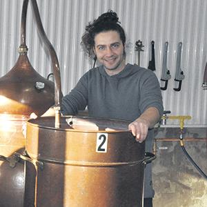 Originaire du Nouveau-Brunswick, Jonathan Roy produit ses alcools au Bas-Saint-Laurent après avoir été initié à la distillerie par sa mère Diane.