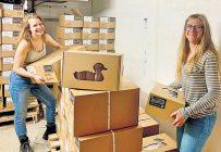 Alice De Guise et Élise Beauchemin, de la ferme Canard du Village, s'activent à la préparation des commandes. Photo : Gracieuseté de la ferme Canard du Village