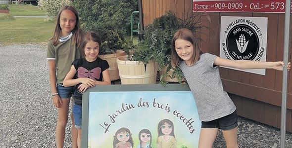 Les trois filles de Gaétan Gaudreau et de Julie Bélanger, Pénélope, 11ans, Daphné, 7ans,  et Megan, 10ans, participent à un projet-pilote de paniers hebdomadaires de légumes. Photo : Gracieuseté de la Ferme Degau inc.
