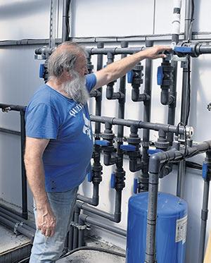 Pour diminuer sa dépendance à l'aqueduc municipal, le serriculteur récupère l'eau de pluie via les gouttières. L'eau est ensuite acheminée dans de grands réservoirs, puis mélangée à de l'engrais avant d'être dirigée vers les tables inondables.