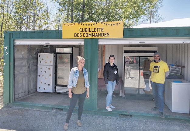 Ruth Ellen Brosseau avec sa petite équipe de préparation des commandes Web au Marché Godefroy de Bécancour. Photo : Eddy Verbeek