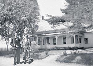 Éphrem et Marie-Léa devant leur maison de Magog, une quinzaine d'années après son acquisition.