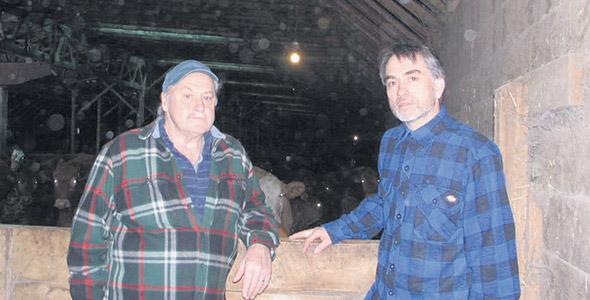 Richard Blais (à droite) avait entrepris une maîtrise en économie, mais il a finalement décidé de revenir vers l'agriculture pour reprendre la ferme bovine de son père Jacques (à gauche).