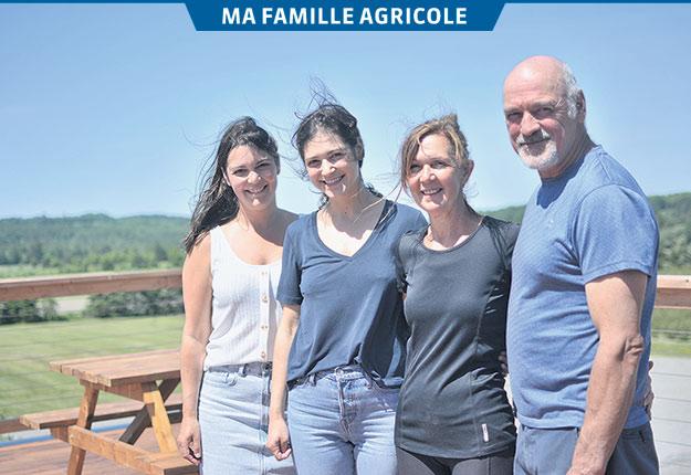 Les sœurs Josée et Anne Marcoux ainsi que leurs parents Sylvie Ferland et Alain Marcoux forment les deux générations de propriétaires de la Bleuetière Marland, de Sainte-Marie en Beauce. Photos : Maxime Bilodeau