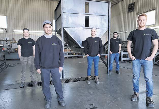 Guillaume Verner (à droite), de Vegtech, et son équipe, avec qui il a conçu le premier planteur automatique fabriqué au Québec.