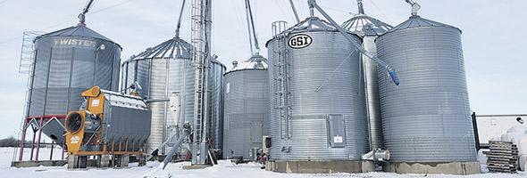 Batterie de silos métalliques pour les grains avec système de remplissage.