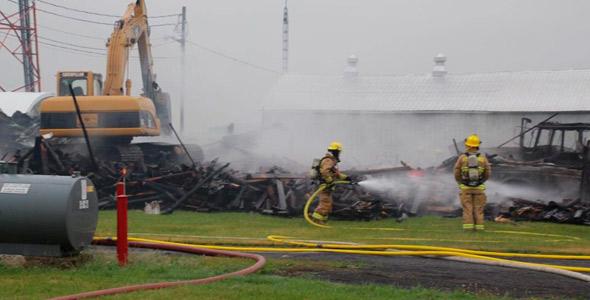 Le bâtiment renfermait des tracteurs et autres équipements agricoles.