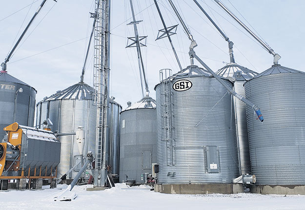 Ensemble de silos à céréales sur fond plat et fond conique.