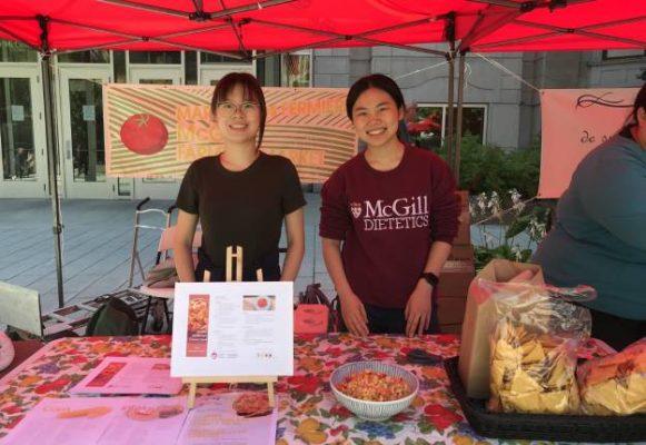 Les étudiants en diététique comme Yuhong Chen et Kai Li peuvent compléter une partie de leur stage en participant au Marché des fermiers de McGill. Photo : Gracieuseté de Mary Hendrickson
