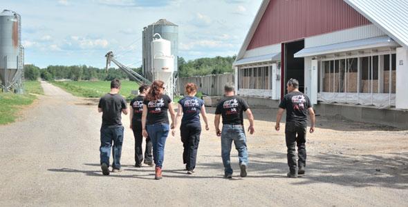 Dans cette ferme laitière, les tâches sont réparties selon les forces de chacun.