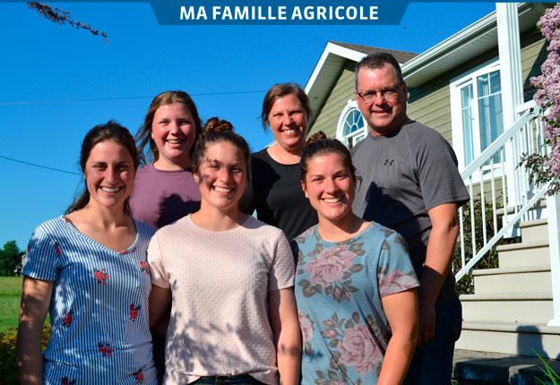 Lyne Groleau et Marco Couture entourés de leurs filles Marie-Ève, Audrey, Caroline et Cynthia. Marie-Pier était absente au moment de la photo. Crédit photo : Daniel Rancourt