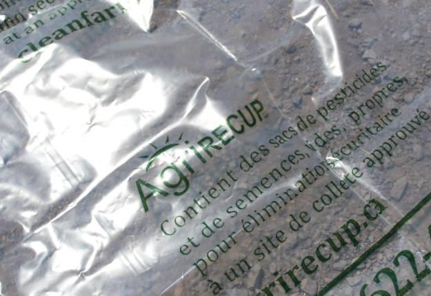 Selon AgriRÉCUP, les plastiques agricoles récupérés sont transformés en nouveaux produits comme des drains agricoles, des tuyaux flexibles d'irrigation et des sacs à vidange. Photo : Archives/TCN
