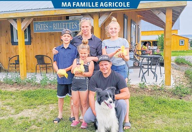 Natacha Jobin et Simon Brousseau, accompagnés de leurs enfants Édouard, Laura et Florence, devant la ferme familiale de Saint-Tite-des-Caps. Photos: Émilie Vallières
