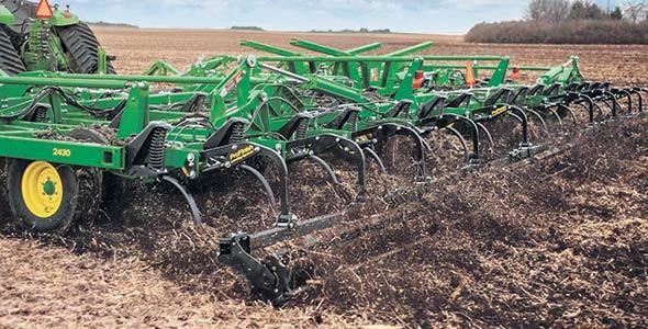 À chaque passage d'une machinerie dans un champ rappelle John Enright, cela entraîne des coûts pour l'équipement, les opérations, la main d'œuvre et finalement, la vie microbienne du sol.  Sur la photo, une charrue scarificatrice du fabricant John Deere. Photo : Gracieuseté John Deere