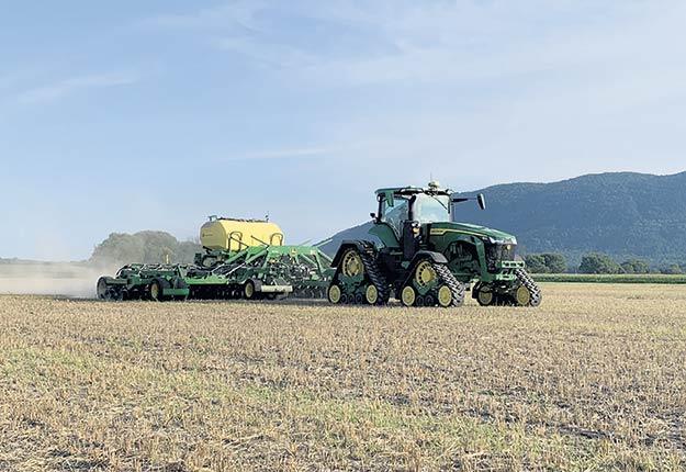 Selon l'agronome Louis Robert, le semis direct peut prendre un ou deux ans à démontrer des résultats probants mais qu'à long terme, cette approche moins agressive au niveau du sol est nettement gagnante. Photo : Gracieuseté John Deere