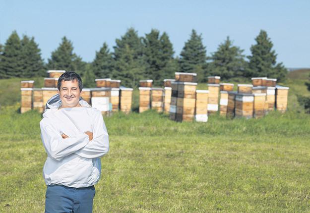 L'agronome Nicolas Tremblay est conseiller apicole au Centre de recherche en sciences animales de Deschambault. Photo : Gracieuseté des Miels Raphaël
