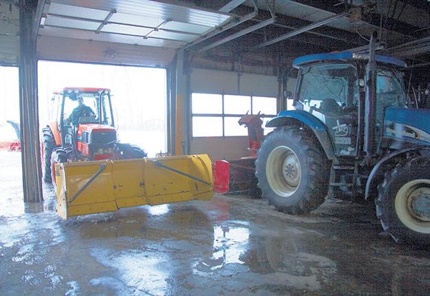 Une fois que toute la machinerie est en ordre, l'entreposer dans un hangar ou un garage peut aider à prolonger la durée de vie des outils. Photos : Archives / TCN