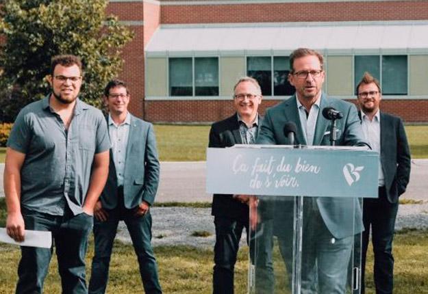 Le chef du Bloc québécois, Yves-François Blanchet, a tenu une conférence de presse devant la ferme expérimentale de Normandin, le 1er septembre. Photo : Gracieuseté du Bloc québécois