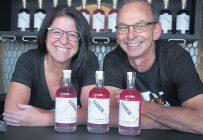 Pour les propriétaires de Camerises St-Philippe, Nancy Jacques et Denis Carrier, le lancement de leur gin Saisie 38 marque le couronnement de deux ans de travail. Photos : Denis Méthot