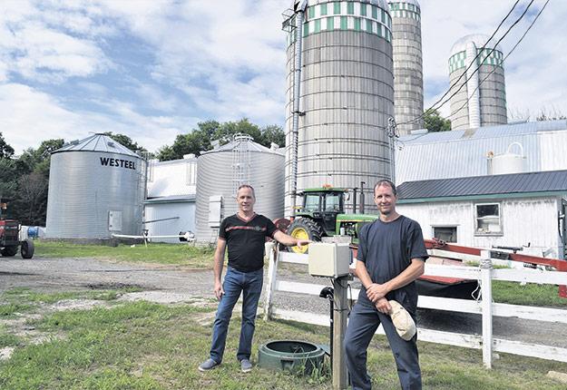 Le président de Néthasol, Bertrand L'Espérance a mis à l'essai son système de récupérateur de lixiviat à la ferme de Steve Amesse. Photos : David Riendeau