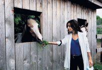 La cheffe du Parti libéral du Québec, Dominique Anglade, a sillonné les rangs de la Montérégie à la rencontre des producteurs agricoles la semaine dernière. Photo : Gracieuseté de Léa Carrière