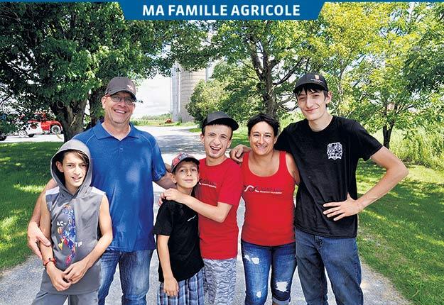 L'aîné des quatre garçons, Miguel, se fait un plaisir d'emmener son frère Antoine dans les champs. « Il faut juste s'assurer de bien fermer le moteur si on le laisse seul quand on descend du tracteur, même quelques instants », précise-t-il.