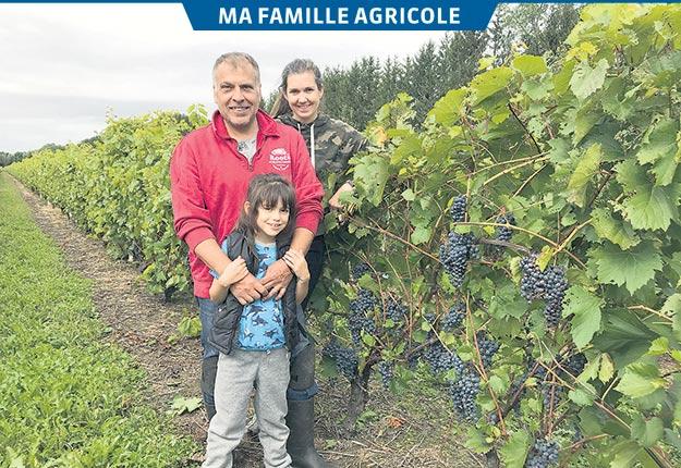 Anthony Carone, Sarah Hoodspith-Carone et leur petite Katrina vendangeaient en famille lors du passage de La Terre. Photos: Geneviève Quessy/TCN