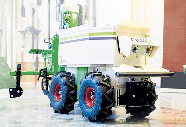 Un robot sarcleur comme le Oz de la compagnie Naïo peut aider à limiter les impacts de la pénurie de main-d'oeuvre au champ. Photo : Archives / TCN