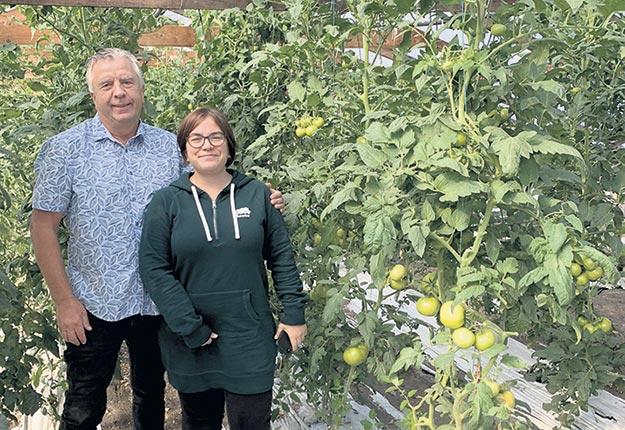 Sylvain Cléroux et Sandrine Gélinas, qui se spécialisent dans la production de fleurs annuelles, cultivent depuis juin des fruits et légumes d'automne. Photo : Gracieuseté des Serres Sylvain Cléroux
