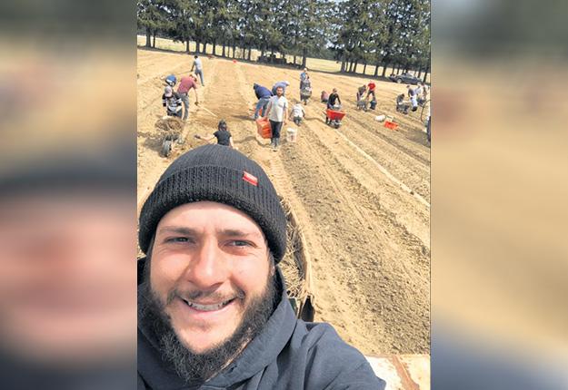 Pierre-Luc Hervieux, producteur maraîcher dans Lanaudière, a engagé beaucoup d'étudiants ce printemps et a été satisfait de leur travail. Photo : Agricarrières
