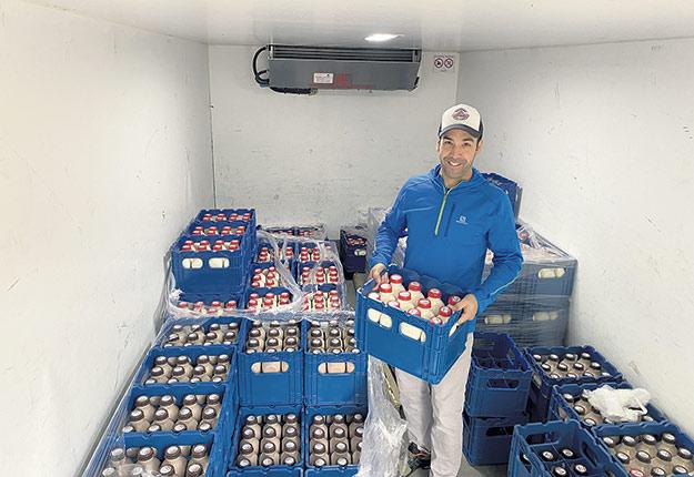 Alexandre Lampron fournit actuellement 2 000 litres par semaine aux épiciers, mais envisage d'augmenter la production à 5 000 litres par semaine. Photo : Gracieuseté de Alexandre Lampron