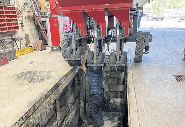 La fosse permet à Denys Van Winden de réparer ses équipements plus facilement. Photo : Gracieuseté de Denys Van Winden
