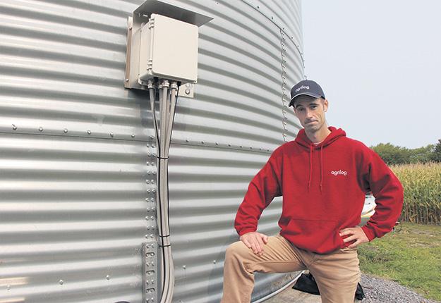 Mathieu Phaneuf, fondateur d'Agrilog, devant le Silog, un système automate qui gère la ventilation des silos. Photos: Vincent Cauchy