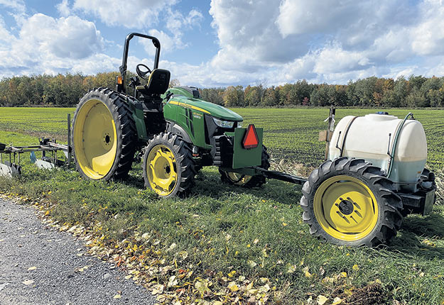 Denys Van Winden entretient lui-même ses équipements modifiés. Ici, un tracteur John Deere «renversé» pour que l'opérateur puisse travailler de reculons. Photos : Gracieuseté de Denys Van Winden