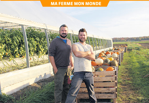 Philippe Benoit et Maxime Dion croient que les contacts humains avec les consommateurs peuvent améliorer l'image de l'agriculture et attirer la main-d'œuvre. Photo : Gracieuseté de la Ferme la Bourrasque