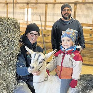 Tristan est bien en selle sur sa chèvre, sous le regard attendri de ses parents Catherine et Rémi.