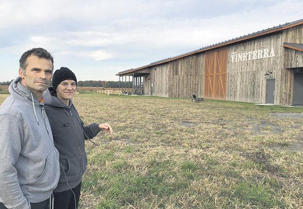 Les inconvénients majeurs de la pandémie ne faisaient pas partie du plan d'affaires des agriculteurs René-Carl Martin et Isabelle Beauchemin lorsqu'ils ont investi près d'un million dans leur nouveau projet de vignoble. Photo : Martin Ménard/TCN
