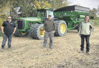 Louis-Philippe De Rainville et Christian Lemire, de Baie-du-Febvre, sont deux des huit producteurs ayant des digues fauniques sur leurs terres. Photo : Gracieuseté de Marie-Lyne Michon