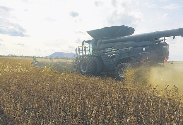 La ferme de la famille Bousquet, près de Saint-Hyacinthe, enregistre une bonne récolte d'un peu plus de 4 tonnes de soya à l'hectare. Elle vient par ailleurs de mettre la main sur la toute première moissonneuse-batteuse de la marque allemande Fendt au Québec. Photo : Martin Ménard / TCN