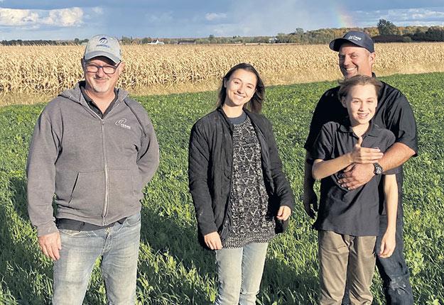 Quelques-uns des membres de la famille Jodoin sur leur nouvelle terre: Stéphane, Mélina, François et Antoine. Photo : Gracieuseté de la famille Jodoin