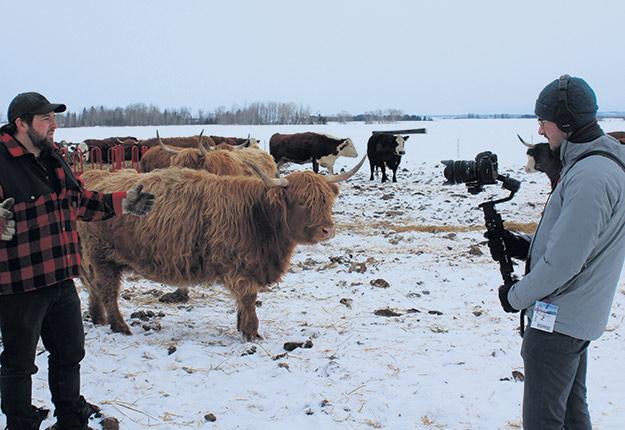 Matthieu Bonin, d'AGRIcarrières, filme le producteur Jessy Boulianne dans son enclos d'hivernage. Photo : Bernard Doré