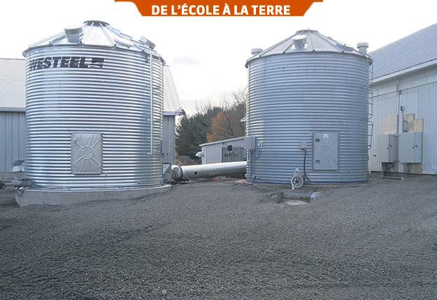 Situés à la ferme du Collège d'Alma, ces deux silos sont utilisés pour réaliser divers essais sur le séchage à air ambiant. Photo : Nicolas St-Pierre