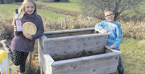 Zoé (8 ans) et Xavier (7 ans) sont particulièrement fiers de présenter leurs produits qu'ils ont commencé à fabriquer en mars dernier, lors du confinement.
