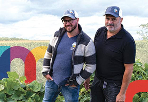 Joé Desjardins et Michel Desrochers, propriétaires de la ferme maraîchère JardinsRochers, de Sainte-Croix dans Lotbinière, sont en vedette sur l'une des deux affiches. Photo : GRIS Mauricie/Centre-du-Québec