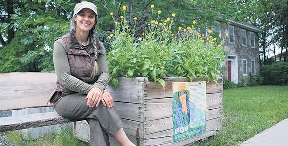 Amatrice de l'esprit de communauté, Michelle Décary reçoit des stagiaires à sa ferme chaque année afin de leur offrir une immersion dans la production bio-intensive et diversifiée.