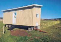 Le poulailler mobile de Justin Roy a été construit sur une remorque et peut être déplacé pour que les poules changent régulièrement d'environnement. Photo : Gracieuseté de la Fondation Rêves d'enfants
