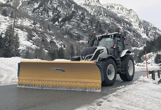 Les grattes à neige de Metal Pless peuvent facilement s'installer sur un tracteur de ferme. Photo : Gracieuseté de MetalPless