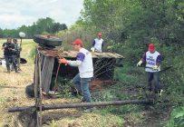Une équipe de bénévoles nettoie une partie d'une ancienne bergerie à Saint-Léon-le-Grand.